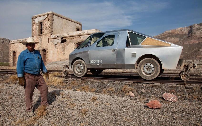 Необычный ретро-автомобиль путешествует по заброшенным железным дорогам Мексики