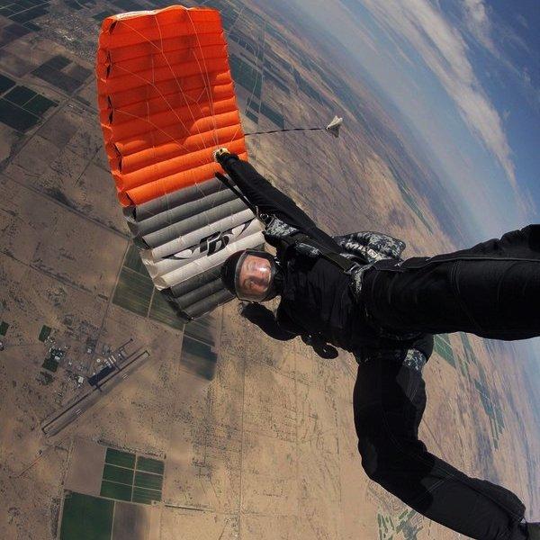 США,самолёт,авиация,путешествия,спорт, Что будет, если поджечь парашют на высоте нескольких тысяч метров над землёй?